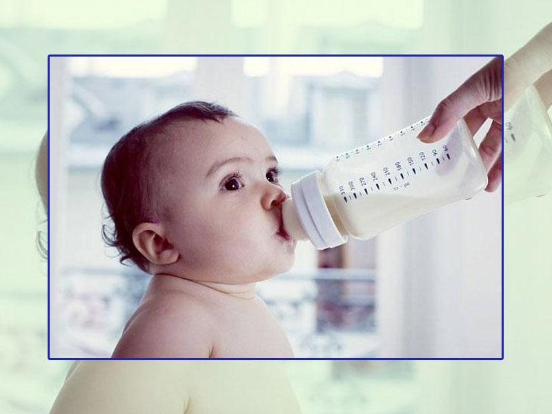 Lưu ý cho cha mẹ khi bé uống sữa công thức bị táo bón