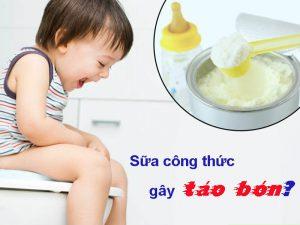Bé uống sữa công thức bị táo bón
