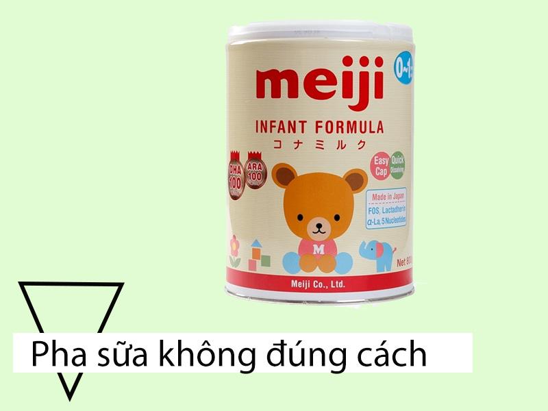 Pha sữa Meijikhông đúng cách là một nguyên nhân khiến cho bé bị táo bón