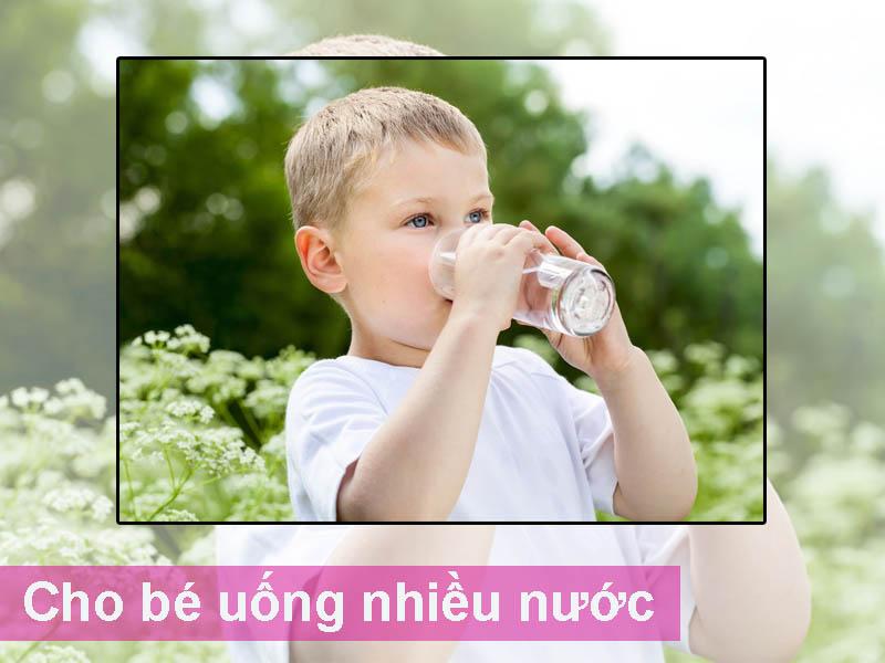 Cho bé uống nhiều nước